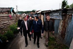 Minister Lipšic prišiel podporiť búranie rómskych chatrčí. Dodá viac policajtov.