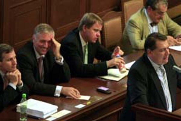 Prejav lídra opozície Paroubka k reforme premiéra Topolánka zjavne pobavil.