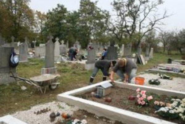 Viaceré mesta už s úpravou cintorínov začali.