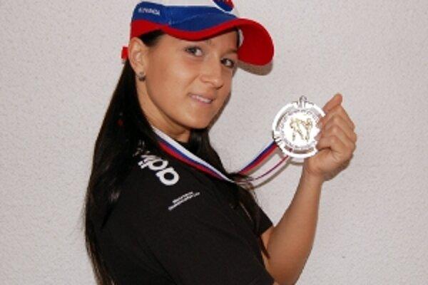 Seničanka Erika Hrušecká so striebornou medailou.