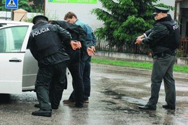 Polícia v niektorých prípadoch, keď človek ohrozuje iných zbraňou, navrhne väzbu, niekedy nie.