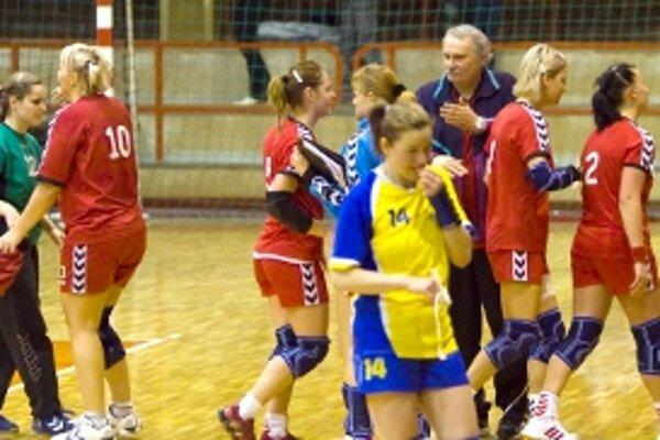 Senická radosť po skončení zápasu. Teší sa aj tréner Lalák.