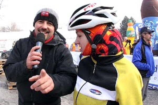 Víťazná Adriana Milotová z Radošoviec, členka Demy Senica, odpovedá na otázky moderátora.