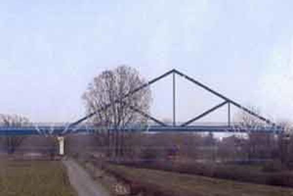 Od Bratislavy po Moravský Svätý Ján neexistuje žiadne cestné prepojenie Slovenska a Rakúska. Podľa niektorých historických záznamov bolo v tomto úseku Moravy viac než 20 drevených mostov.