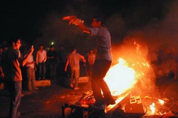 V Teheráne horeli benzínové pumpy.
