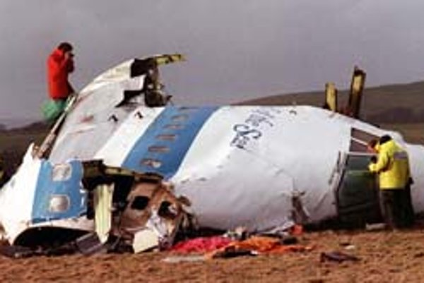 Lietadlo ostalo po dopade na zem pri meste Lockerbie roztrhané na kusy. Nik z pasažierov neprežil.