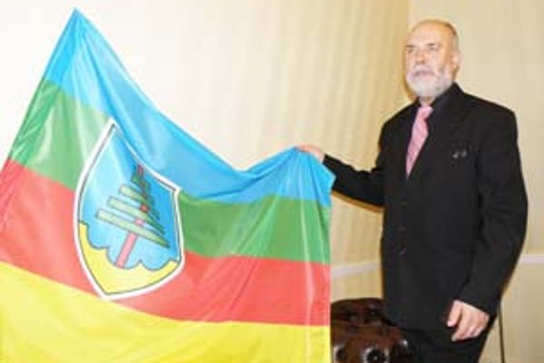 Záhorácky prezident so zástavou svojej republiky.