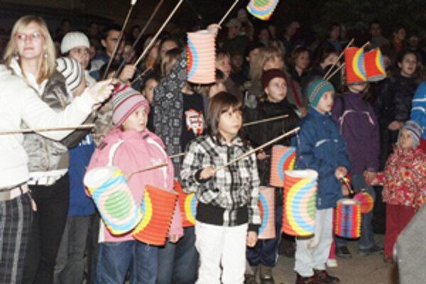 Lampiónového sprievodu sa zúčastnili aj deti, ktoré sa mohli dozvedieť viac o Novembri´89.