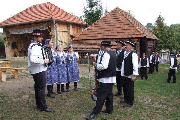 Folklórne slávnosti v ľudovom dome.