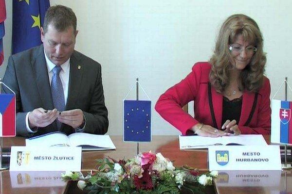 Záber z podpisu zmluvy o spolupráci.