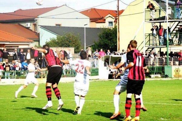 Novozámčania po vypadnutí z pohára s favorizovanou Trnovou (záber zo zápasu 3. kola SlovnaftCupu), výborne zvládli majstrovský zápas v Lednických Rovniach a po víťazstve 2:0 sú v tabuľke na 6. mieste.