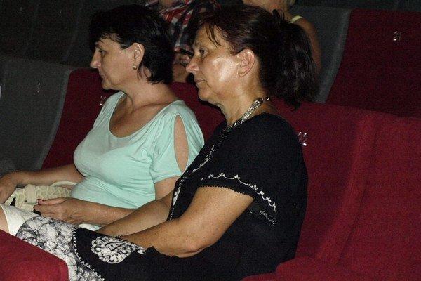Bývalá vedúca (vpravo) po dlhom čase opäť v hľadisku kina  Mier.