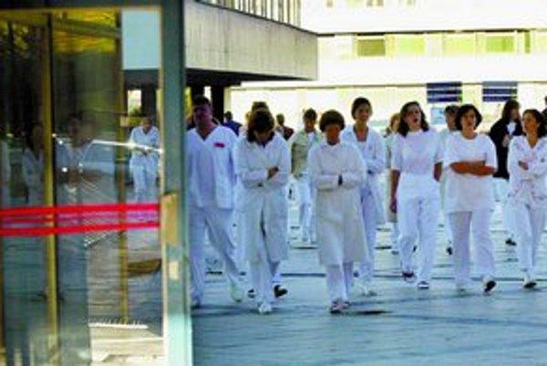 Ak Zákonník práce ešte viac obmedzí prácu lekárov nadčas, budú musieť nemocnice prijať ďalší personál.