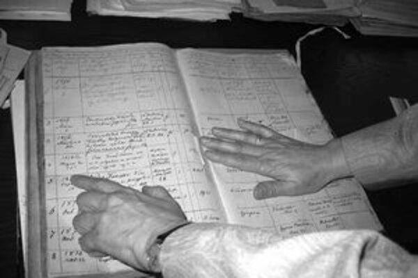 Riaditeľka archívu Šarlota Drahošová nad knihou, v ktorej sú údaje o štúrovskom básnikovi Jankovi Kráľovi.