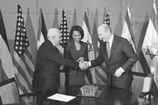 Abbás, Riceová a Olmert (zľava) sa usmievajú, nedohodli sa však takmer na ničom.