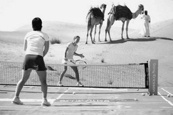 Kuznecovová (vľavo) a Heninová v púšti. Najväčším problémom bol odskok loptičky.