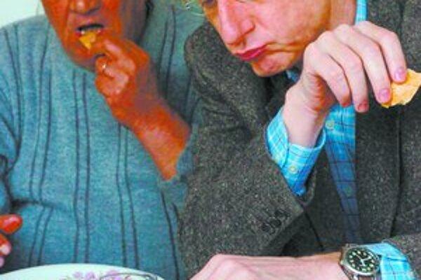 Na domácich dobrotách si treba pomaškrtiť, tvrdí vládna turistická agentúra. Na zábere si premiér Ferenc Gyurcsány pochutnáva na kačici v čase vtáčej chrípky. FOTO - TASR/EPA