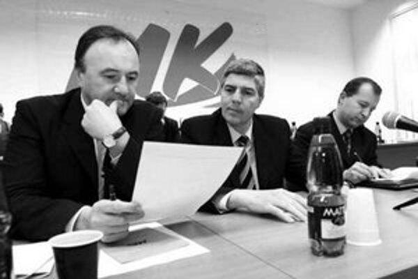 Pál Csáky (vľavo) stále nepovedal, či bude kandidovať na post predsedu SMK.