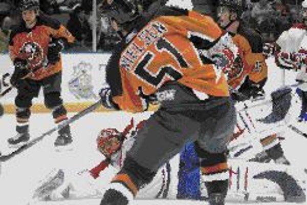 Dán v dres Islanders Frans Nielsen pred slovenským brankárom Montrealu Jaroslavom Halákom. Islanders - Montreal 3:2.