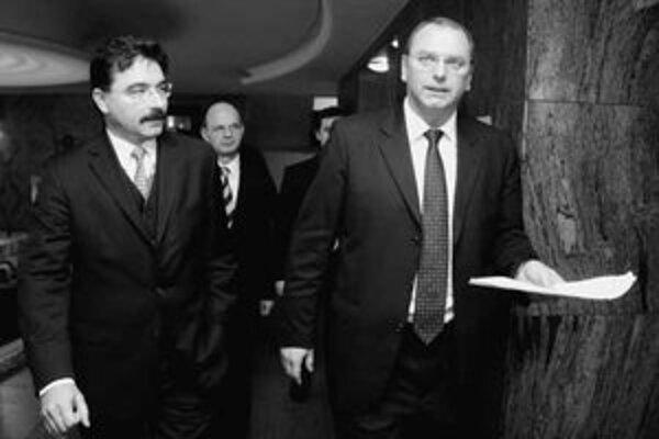 Minister dopravy Vážny (na snímke vpravo) zatiaľ nevidí dôvod na odvolanie riaditeľa Letových prevádzkových služieb Romana Biróa (vľavo).