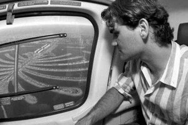Pohoda pred turnajom v Dubaji. Roger Federer si užíval let v helikoptére nad umelým ostrovom Palm Island.