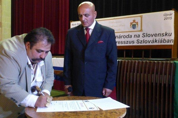 Novozámocký vajda Martin Lakatoš pri podpisovaní uznesenia.