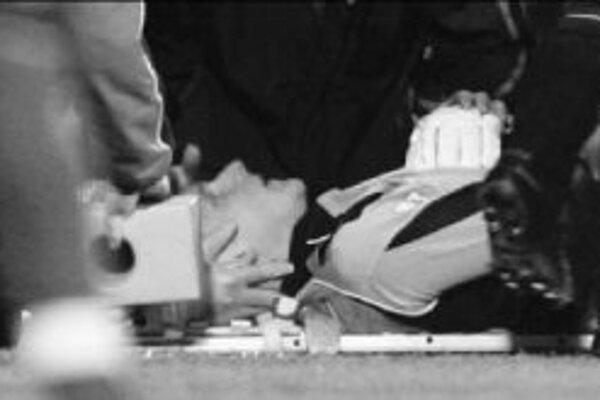 Fínsky brankár anglického Fulhamu Antti Niemi na nosidlách po zranení v pondeľňajšom zápase Premier League s Watfordom (0:0).