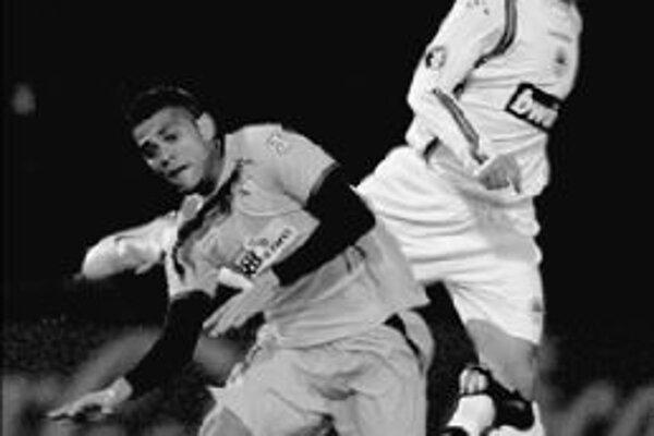 Obranca FC Sevilla Daniel Alves (vľavo), najlepší hráč uplynulého ročníka Pohára UEFA, bojuje o loptu so slovenským reprezentantom v drese Slovana Liberec Ivanom Hodúrom.