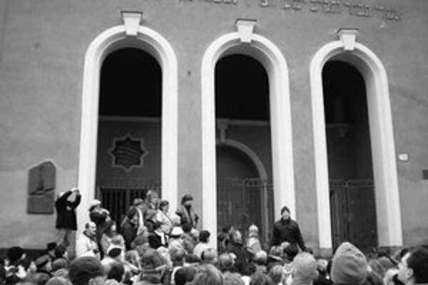 Pred synagógou na Puškinovej ulici.