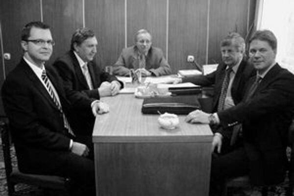 Na snímke zľava Roman Štefunko, prokurista spoločnosti, Pavol Valárik, prednosta obvodného úradu v Čadci, Jozef Horník, primátor Krásna nad Kysucou, Štefan Sústrik, konateľ spoločnosti, Keijo Erkheikki, obchodný manažér spoločnosti.