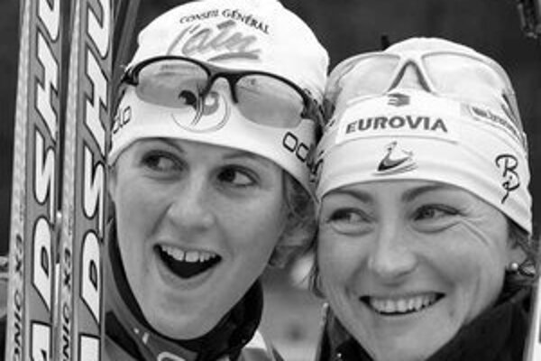 Francúzky Sandrine Baillyová (vľavo) a Florence Bavarelová-Robertová pózujú na stupni víťazov po šprinte 5. kola Svetového pohára biatlonistiek v nemeckom Ruhpoldingu.