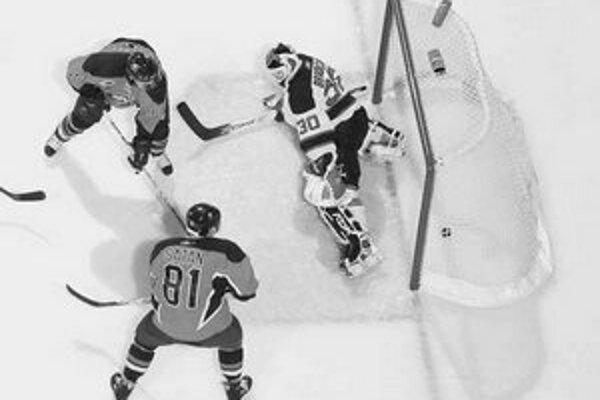Slovenský útočník Miroslav Šatan (č. 81 ) z New York Islanders strieľa gól za chrbát brankára New Jersey Devils Martina Brodeura v zápase NHL Islanders - 1:2 po predĺžení.