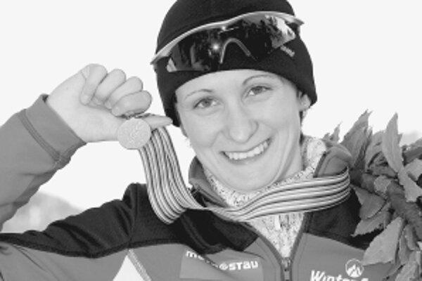 Martina Sáblíková so zlatou medailou za titul majsterky sveta v rýchlokorčuliarskom viacboji. Včera vyhrala preteky na 5000 m v novom svetovom rekorde na otvorenom ovále za 6:58,45 min. Bodový súčet 162,954 je novým svetovým rekordom na otvorenom ovále. V