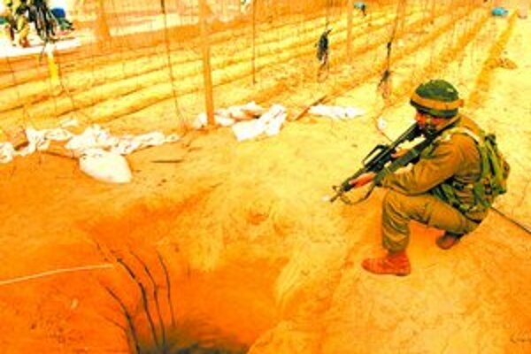 Podobnými tunelmi je prevŕtané takmer celé palestínske územie. Pašujú sa nimi najmä zbrane.
