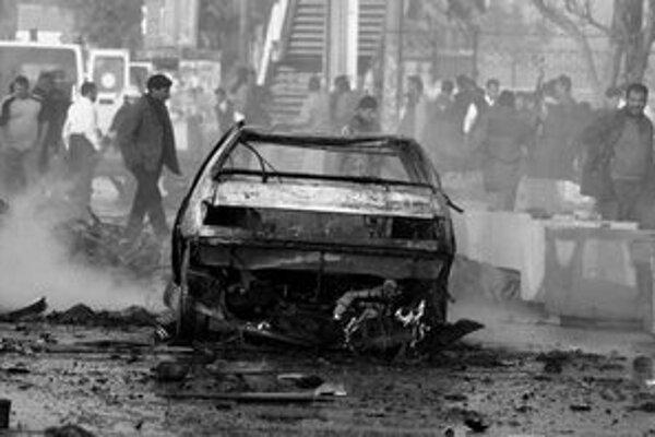 Násilie sa nevyhýbalo Iraku ani včera. V Bagdade, ktoré je postihnuté každodenným násilím najviac, prišlo o život najmenej 60 ľudí. Najmenej 16 z nich boli študenti univerzity Al- Mustanziríja, pri ktorej vybuchli nálože v dvoch dodávkach.