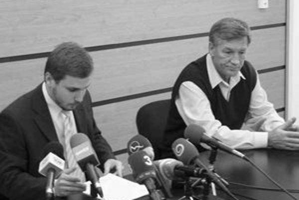 Riaditeľ Martin Naništa (vľavo) a právnik nemocnice.