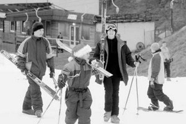 Od mája do októbra bol pomerne veľký záujem o lyže pre dobrú predchádzajúcu lyžiarsku sezónu. V tomto roku obchodníci počítajú s poklesom predaja.