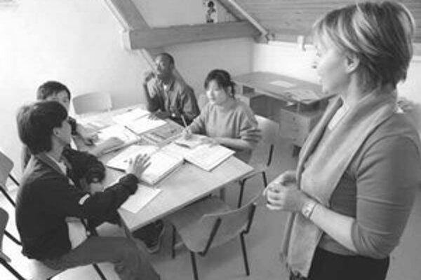 Ľudia v azylových táboroch sa učia aj slovenčinu.
