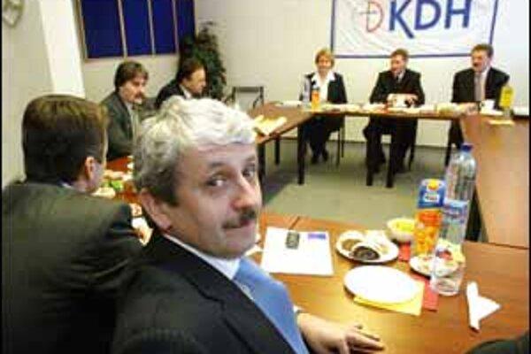 Opozícia sa včera stretla, aby si povedala, že s Mečiarom už neráta. Na stretnutie do sídla KDH neprišiel iba predseda SMK Béla Bugár, podľa Pála Csákyho z čisto súkromných dôvodov.
