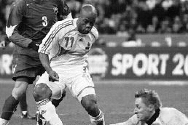 Ľuboš Hajdúch zachraňuje pred Francúzom Sylvainom Wiltordom za asistencie Martina Škrteľa. Slovensko vlani senzačne zdolalo Francúzsko 2:1 na Stade de France a Hajdúch výkonom oslnil.