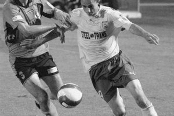 Ľubomír Michalík (vľavo) v súboji s Košičanom Jaroslavom Kolbasom. V jarnej časti slovenskej Corgoň ligy sa už senecký futbalista neobjaví. Získal ho anglický Bolton.