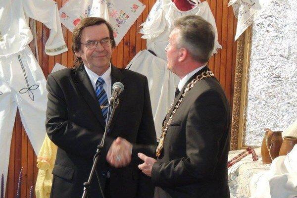 Bývalý starosta Imrich Hrabovský (vľavo) s úradujúcim starostom Jánom Šimom.