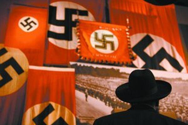 Nacistická vlajka v múzeu holokaustu Yad Vashem v Jeruzaleme. 27. január je Pamätným dňom holokaustu. FOTO – SITA/AP