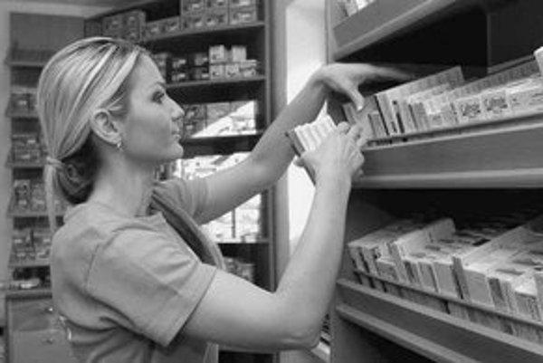Lekárnici sa cítia rozhodnutím ministra znížiť ceny liekov od apríla o päť až sedem percent ohrození. Podľa nich môžu nastať problémy s plynulým zásobovaním liekov.
