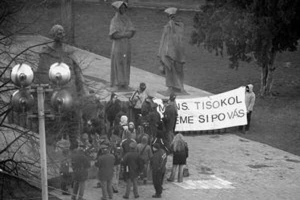 Antifašisti rozprestreli transparent s textom – Mons. Tisokol, ideme si po vás.