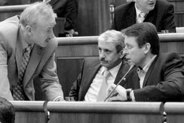 Predseda SDKÚ Mikuláš Dzurinda (v strede) prirovnal vládu Roberta Fica k vláde boľševikov v roku 1948. Opozícia mu pripomínala sľub o dvojnásobných platoch.