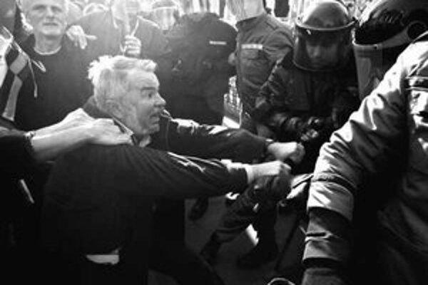 Pred budovou parlamentu v Budapešti včera opäť dochádzalo k bitkám medzi políciou a protivládnymi demonštrantmi.