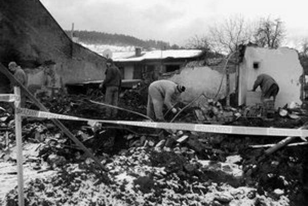 Po výbuchu zostali z domu iba trosky. V nedeľu pred obedom sme Emila Ringoša našli na mieste, kde kedysi stál jeho dom. Spolu s rodinou a známymi prehľadával trosky domu a vyberal osobné veci, ktoré výbuch nezničil. Pohreb obetí bude v stredu.