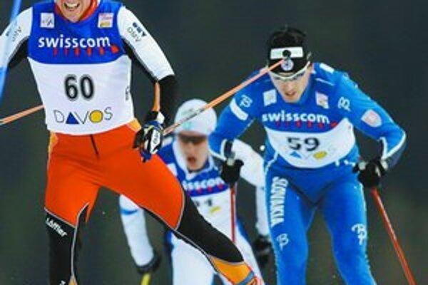 Ivan Bátory (vpravo) sa v pretekoch na 15 km voľnou technikou v Davose dlho držal Rakúšana Christiana Hoffmanna (č.60) a vyťažil z toho 9. miesto. Hoffmann skončil tretí.