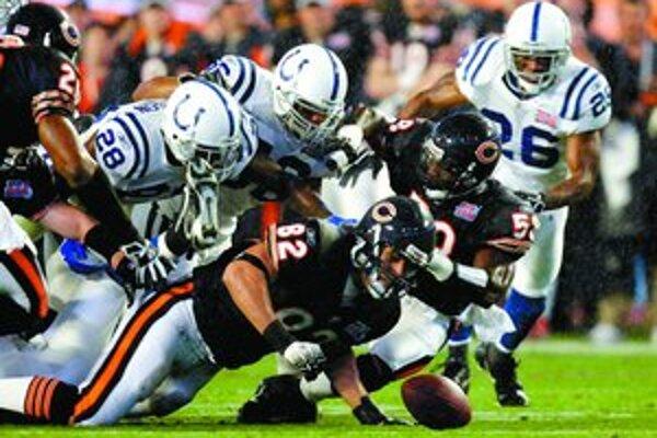 Dramatický okamih zo 41. finále ligy amerického futbalu Chicago Bears – Indianapolis Colts (17:29) v Miami.